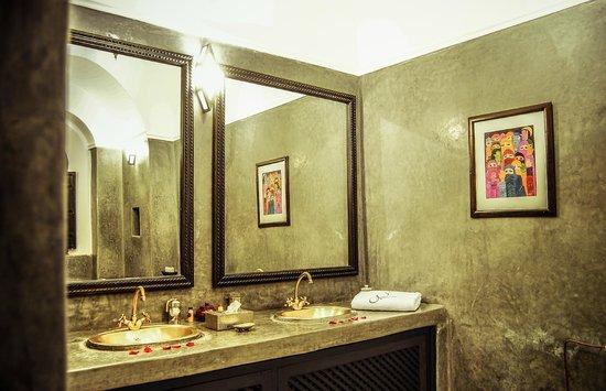 Salle de bain lune d 39 argent picture of riad hayane for Poisson d argent salle de bain