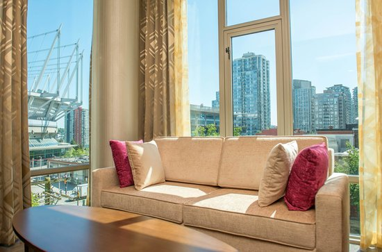 Hotel BLU: Living Room in our Queen Suites with views of BC Place