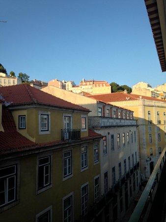 Hostel4U: Вид с балкона. Вдалеке виднеется Castelo de São Jorge