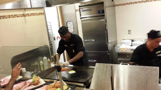 Embassy Suites by Hilton Orlando Lake Buena Vista South: omeletes e ovos feitos na hora