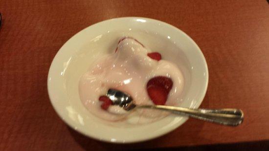 Embassy Suites by Hilton Orlando Lake Buena Vista South: iogurte e morangos frescos
