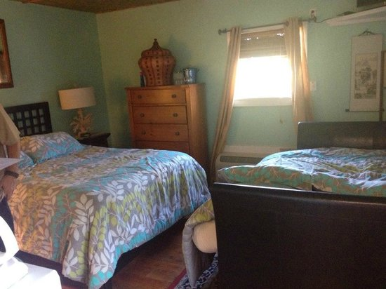 "Pam's Pelican Bed & Breakfast: Queen bed and futon in ""Zen Sunrise"" room"