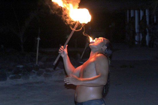 Tiki Village Cultural Centre : Fire Eater