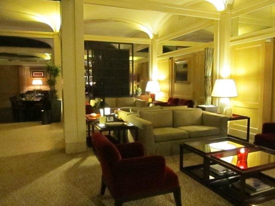 Hotel Dei Borgognoni: Interior del hotel zona lectura y descanso
