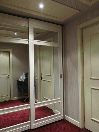 Hotel Dei Borgognoni: Hall de entrada habitación y placard
