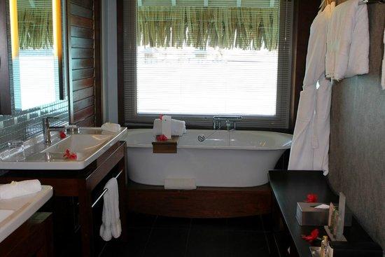 InterContinental Bora Bora Resort & Thalasso Spa: Bathtub with a view