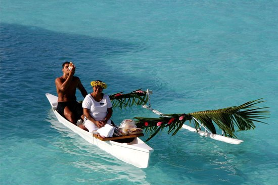InterContinental Bora Bora Resort & Thalasso Spa : Canoe Breakfast being delivered