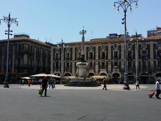 Piazza Duomo : La fontana dell'elefante, il simbolo di Catania