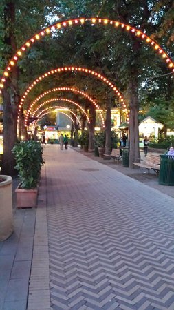 Jardines Tivoli: Garden lights up as dusk falls