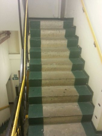 Hilton Birmingham Metropole Hotel: Ground to first floor stairs...not very well signed for a reason