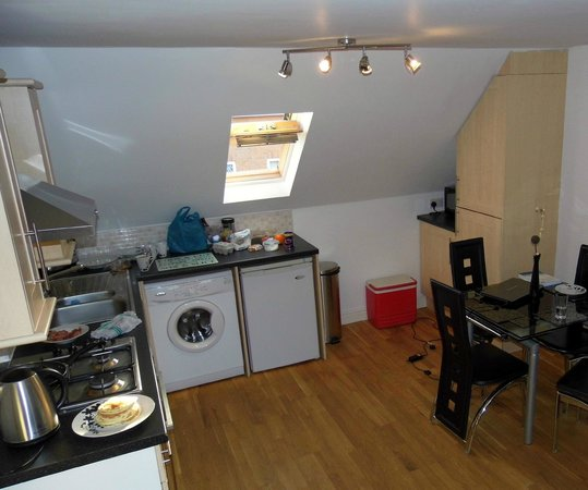 Bristol Serviced Lettings: Kitchen - dining area (open plan to Living room)