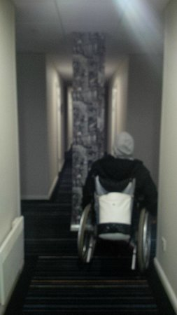 Holiday Inn Express London-Wimbledon-South : Awkward hallway layout for wheelchair