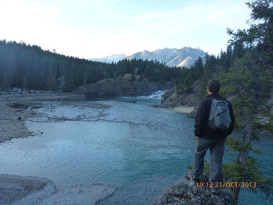 Bow Falls: Walking to the city of Banff