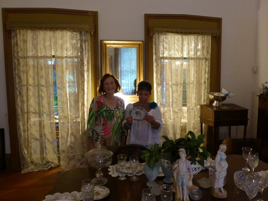 Glenfield Plantation Bed and Breakfast: Looking at the faimily heirlooms with Ms. Marjorie