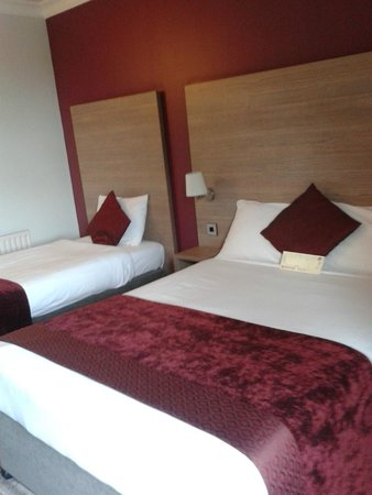 Maldron Hotel Galway : Coffee and tea facilities and lovely bathroom