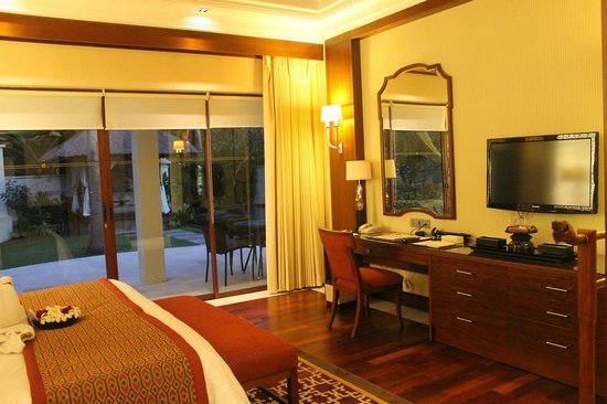 The Laguna, a Luxury Collection Resort & Spa: The very comfortable bedroom