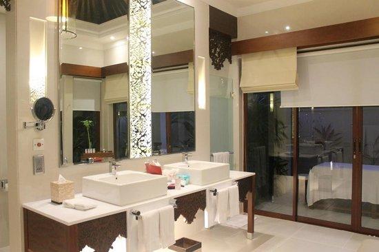 The Laguna, a Luxury Collection Resort & Spa : The Bathroom