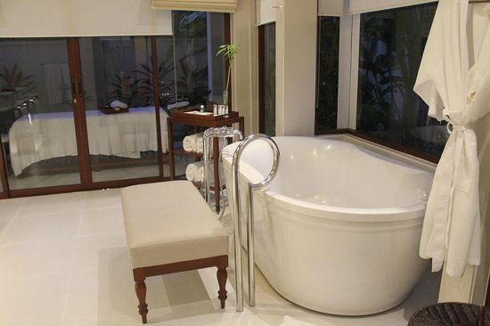 The Laguna, a Luxury Collection Resort & Spa: The Bathroom