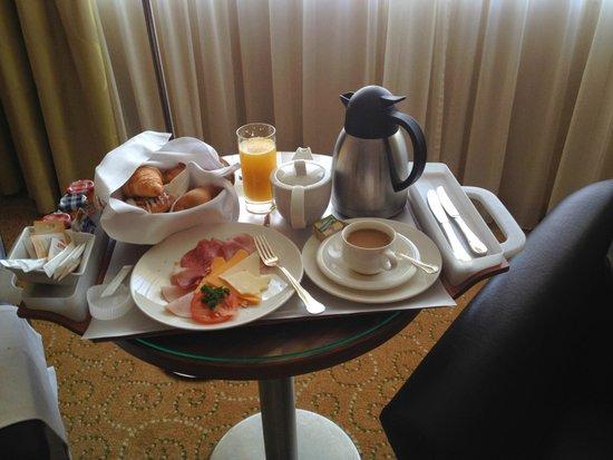 Vienna Marriott Hotel: Континентальный завтрак в номер (22 евро)