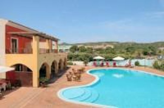 Hotel La Funtana: pool and terrace