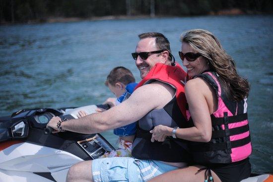 Mitchell Creek Marina & Resort : Family on a jet ski