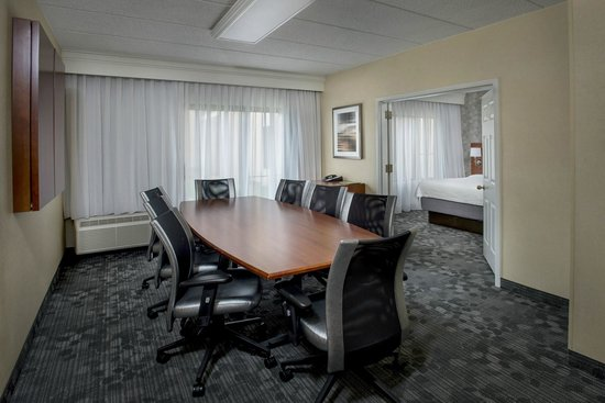 Courtyard Philadelphia Airport : Suite with Meeting Room