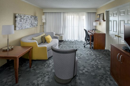 Courtyard Philadelphia Airport: Suite Living Space