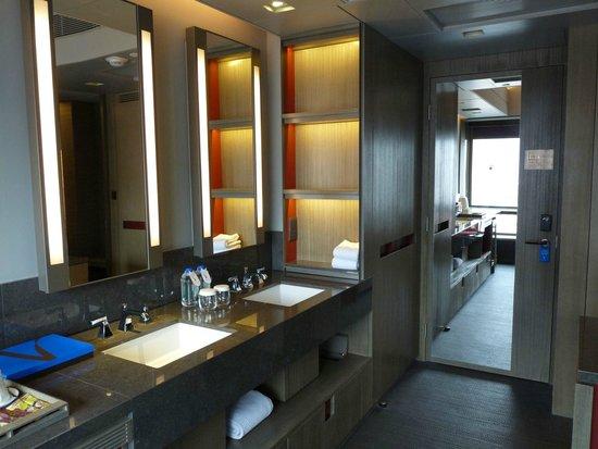 V Wanchai 2 Hotel : Zimmereingang mit Waschbereich