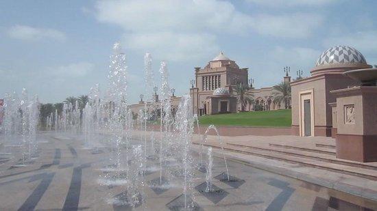 Emirates Palace: Les jets d'eau devant le palais