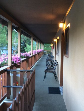 River's Edge Motel: Balcony outside rooms