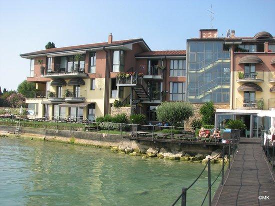 Hotel Aurora: Hotel view from the lake Garda