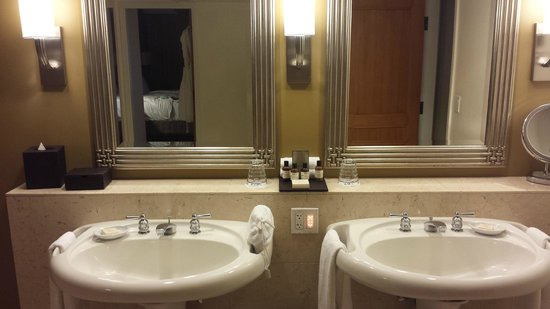 Fairmont Kea Lani, Maui: Loved having double sinks