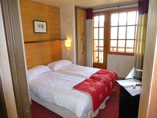 Hotel L'Arboisie : bedroom with balcony