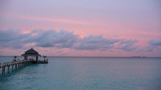 Kuramathi Island Resort: Sunset at Laguna Bar