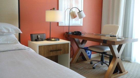 Sheraton Puerto Rico Hotel & Casino: Room desk