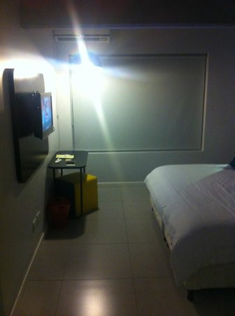Pop Hotel: Vista do quarto com a janela