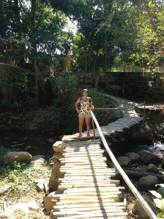 Hotel Posada La Bokaina: puente para acceder al pueblo