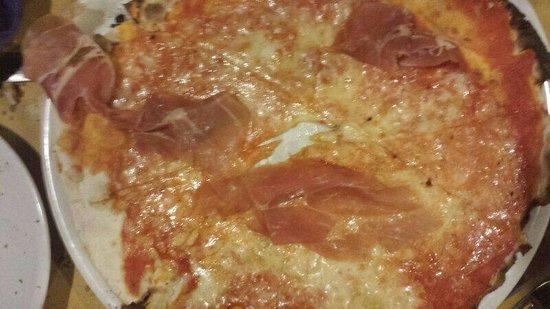 Capra e Cavoli : La famosa pizza col buco. La pasta è così sottile che il pizzaiolo non si è nemmeno vergognato a