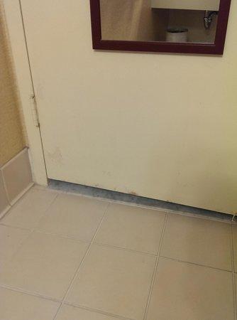 Clarion Inn Conference Center : bathroom door