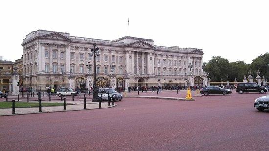 Buckingham Palace: Inglaterra, Londres, Palacio de Buckingham. Decepción, se espera más de lo que es.