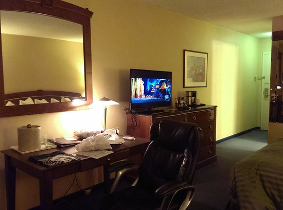 Clarion Hotel Modesto: TV and Desk