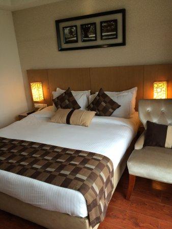 Jameson Inn Shiraz: The queen sized bed
