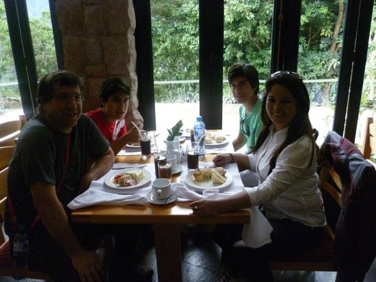 Belmond Sanctuary Lodge: MI FAMILIA Y YO TOMANDO LONCHE EN EL HOTEL
