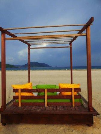 Six Senses Con Dao: Sur la plage face à la piscine commune...