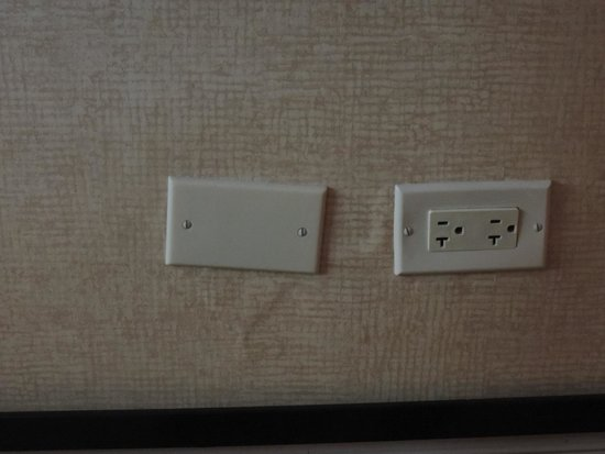 Omni Chicago Hotel : Uneven sockets. Ditto above