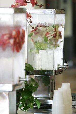 Desert Palms Hotel & Suites: Lobby Refreshments