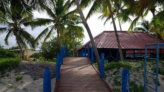 Hotel Roc Santa Lucia (Ex Gran Club) : Path from beach to snack bar at Gran Club