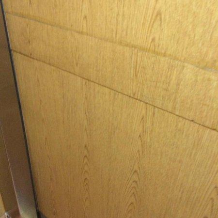 Days Inn Bath Hammondsport : Elevator / Laminate Flooring?