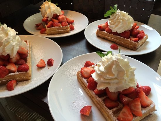 Brasserie A-muse: Wafel met aardbeien en slagroom.. Jammie !
