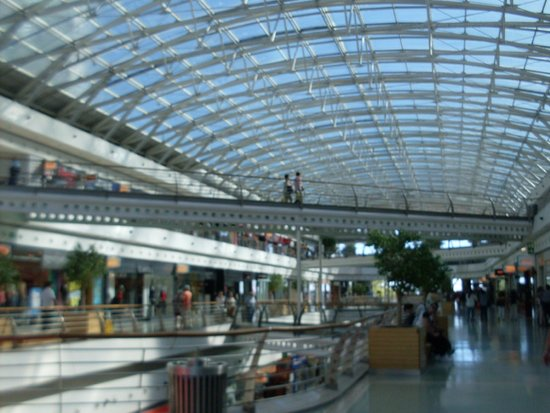 Vasco da Gama Shopping Center : Shops area.